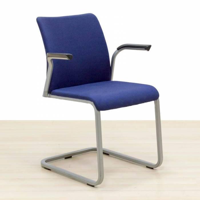 Cadeira de Visitante STEELCASE MOD. CASE, estofada em tecido azul.