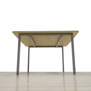Mesa Reunión Mod. UCLA, Tapa en acabado Arce, Estructura metálica de cuatro patas.