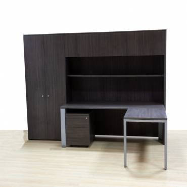 Conjunto Despacho Mod. REYNO WENGUE, mesa operativa con ala, cajonera, armario alto, altillo y estantería.